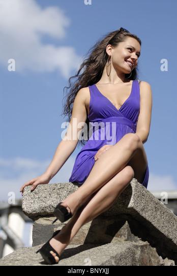 schöne glückliche Stadt Frau auf einem direkt am Meer Stockbild