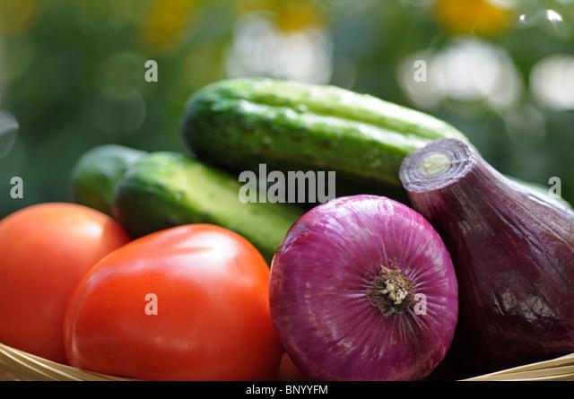 Gemüse, roh - roten Zwiebeln, Gurken, Tomaten Stockbild