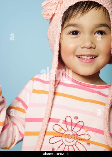 Porträt von kleinen Mädchen mit Hut aus Wolle Stockbild