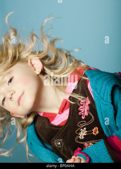 Kleine Mädchen ihren Kopf bewegen Stockbild