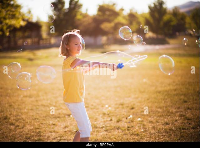 Junge Mädchen, große Blase im park Stockbild