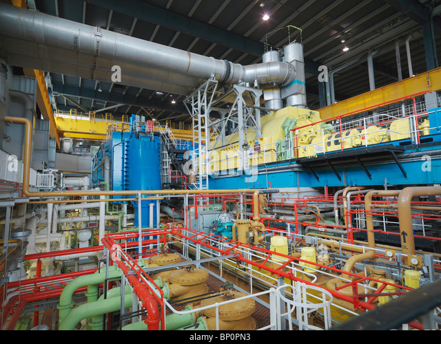 Turbinenhalle des Kernkraftwerks Stockbild