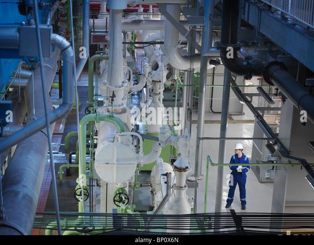 Ingenieur in der Turbinenhalle Stockbild