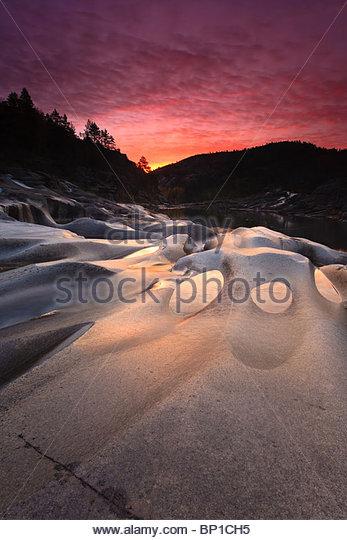 Morgendämmerung am Reinsfoss in Nissedal, Telemark Fylke, Norwegen. Stockbild