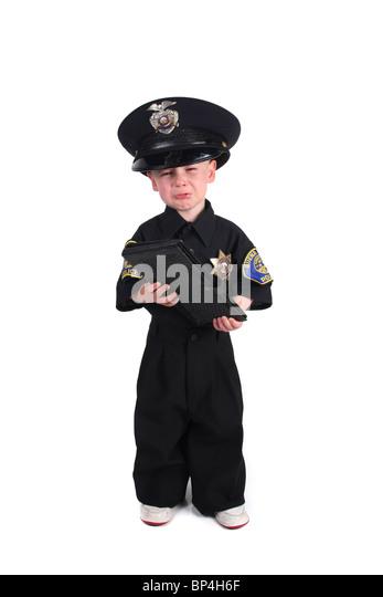 Unglückliches Kind verkleidet als Polizist weinend auf einem weißen Hintergrund Stockbild
