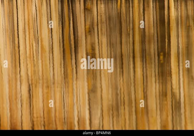 Hier dargestellt ist ein Spiegelbild der Holzbrücke im Wasser.  Braune Linie Muster Reflexion der Holzbrücke Stockbild