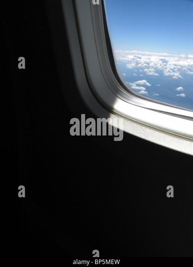 Ein Passagier Blick auf ein Flugzeug Fenster außerhalb Tageslicht mit blauen Himmel und Wolken Stockbild