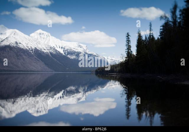 Schneebedeckte Berge und Himmel spiegelt sich im Wasser Stockbild