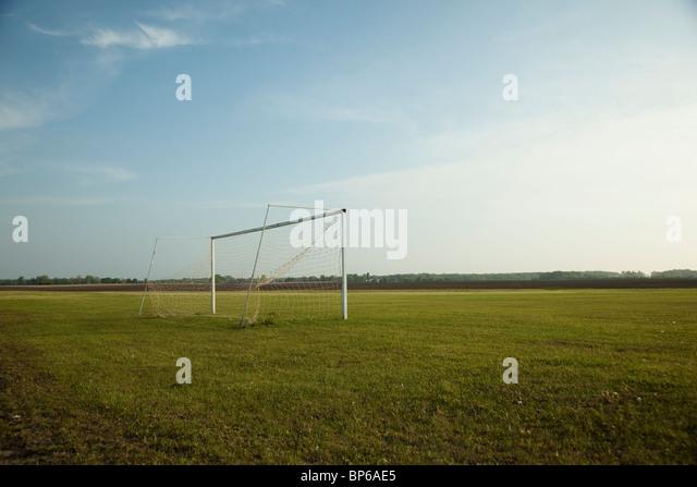 Fußballtor in der Mitte ein leeres Feld Stockbild
