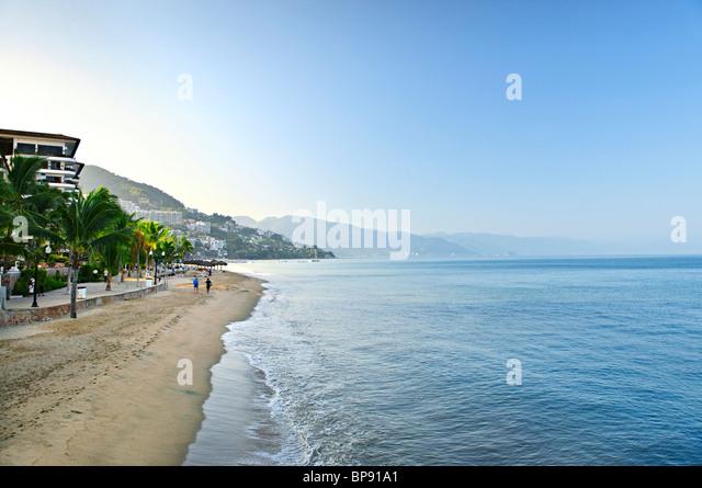 Strand und Malecon am Pazifischen Ozean in Puerto Vallarta, Mexiko Stockbild