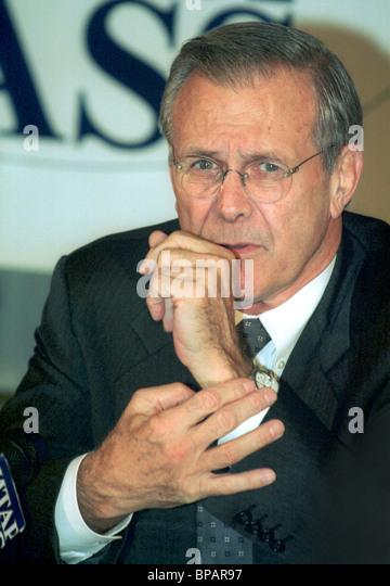 US Defence Secretary Donald Rumsfeld spricht bei einem Treffen mit Russlands Public Opinion Leader Stockbild
