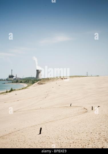 Kernreaktor Kühlturm hinter einem Strand Stockbild