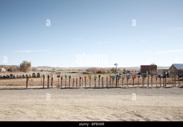 Eine lange Reihe von Postfächern auf dem Lande Stockbild