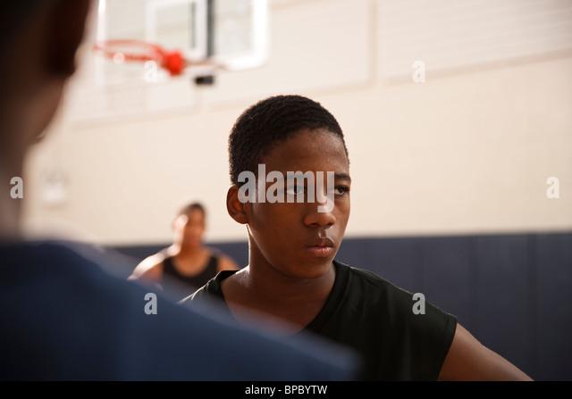 Afroamerikanische Jugend in einer sonnigen Turnhalle mit Hemden aus Basketball spielen mit flachen Feld Tiefenschärfe Stockbild