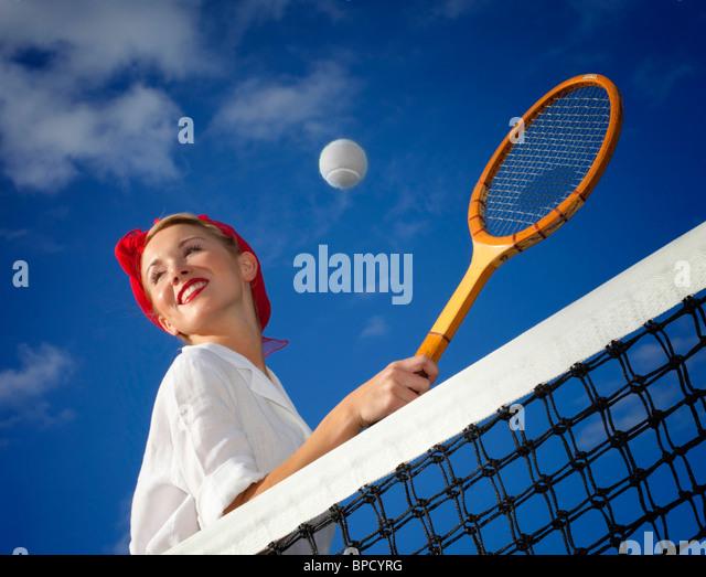 Niedrigen Winkel Blick der jungen Frau, die Tennis spielen Stockbild