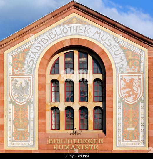 Das Eingangsportal der die humanistische Bibliothek von Sélestat, Elsass, Frankreich Stockbild