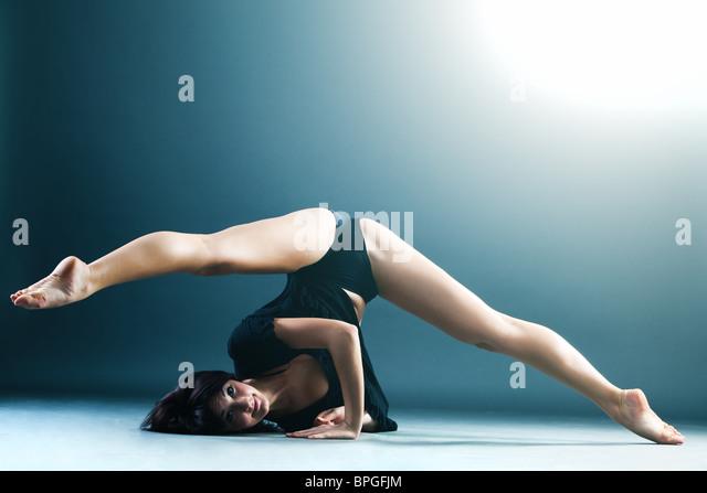 Junge zeitgenössische Tänzerin tun teilt sich in die Luft Stockbild
