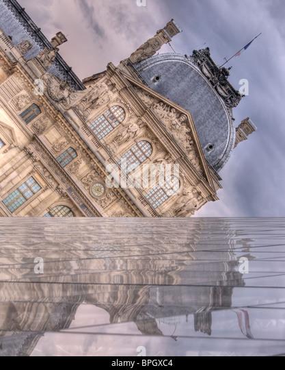 Der Louvre spiegelt von i.m. Pei Pyramide, wie Gewitterwolken über sammeln. Eine Wand der Pyramide bildet einen Stockbild