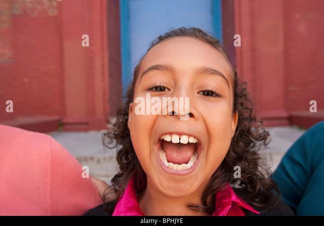 Hispanischen Mädchen machen ein Gesicht, Boston, Massachusetts, USA Stockbild