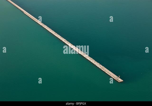 Abstrakte Luftaufnahme des Wellenbrechers Steg im Wasser am Lake Michigan in Chicago. Stockbild