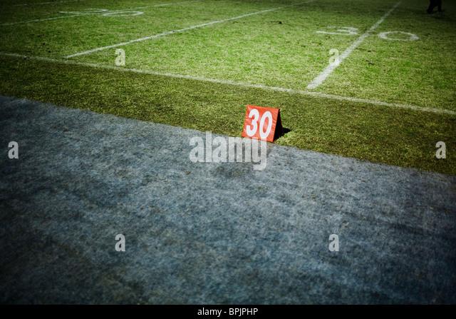 30 Yard Linie Marker auf einem Fußballfeld Stockbild