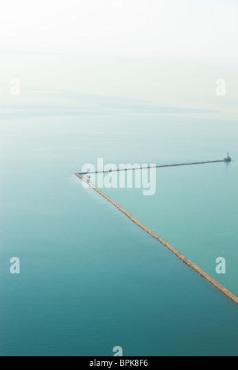Abstrakte Luftaufnahme des Wellenbrechers Steg im Wasser in See Michigan Chicago. Stockbild