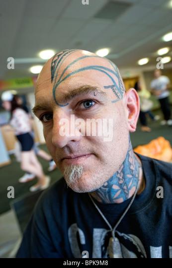 Bilder aus dem inzwischen berühmten Tattoo Jam Event in Doncaster UK zeigt Tätowierer bei der Arbeit und Stockbild