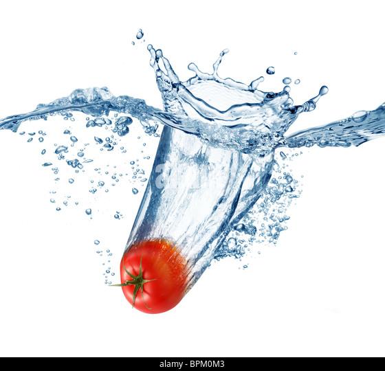Reife Tomate fällt tief unter Wasser mit einem big Splash. Stockbild