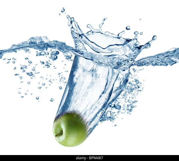 Apfel fällt tief unter Wasser mit einem big Splash. Stockbild