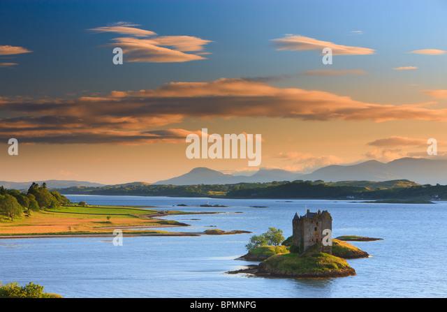 Castle Stalker ist eine viergeschossige Wohnturm oder halten Sie malerisch auf einem Gezeiten-Inselchen auf Loch Stockbild