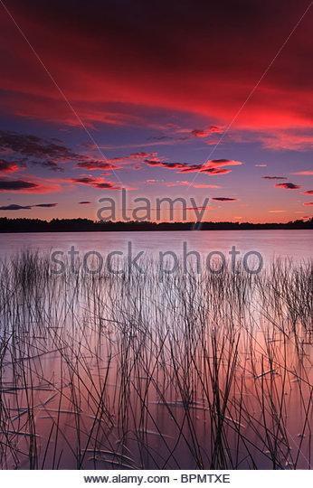 Bunter Himmel in der Abenddämmerung, bei Huggenes in den See Vansjø, Rygge Kommune, Østfold Fylke, Stockbild