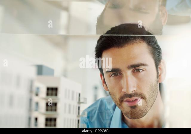 Junger Mann mit Architekturmodell Stockbild
