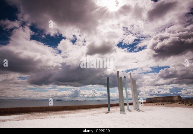 """Das Kunstwerk """"Meer Balken"""" von Donald Urquhart vor einem dramatischen Himmel in Dysart, Fife, Schottland Stockbild"""