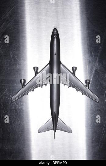 Metall Spielzeugflugzeug auf metallischen Oberfläche Stockbild