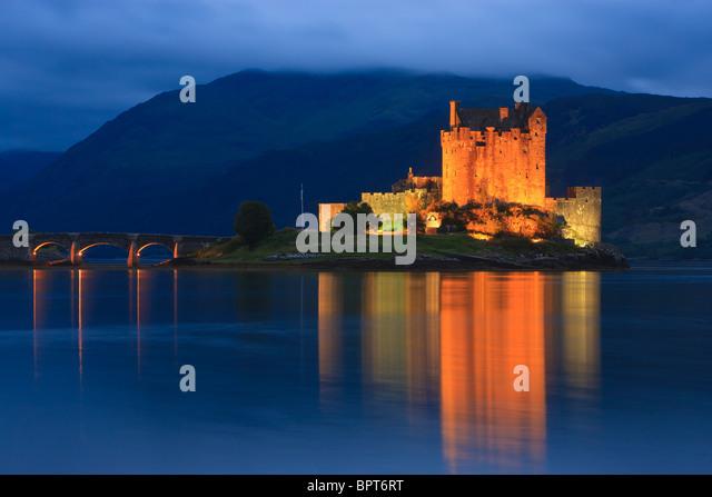 Berühmte Eilean Donan Castle zur blauen Stunde nach Sonnenuntergang, Schottland Stockbild