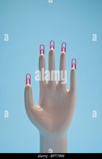 Hand mit Büroklammer Fingernägel Stockbild