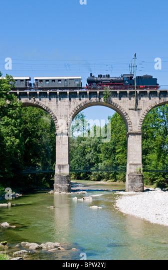 Historische Dampfmaschine Zug auf die so genannte Viadukt ein Traunstein in Bayern Stockbild