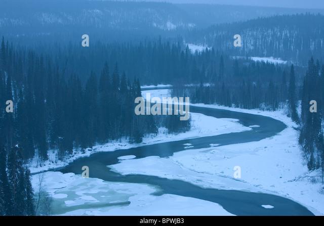 Die Kitka Fluss in einem Schneesturm in Oulanka-Nationalpark, Finnland. Stockbild