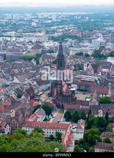 Blick auf die Stadt Freiburg Im Breisgau mit dem Freiburger Münster Dom in Süddeutschland Stockbild