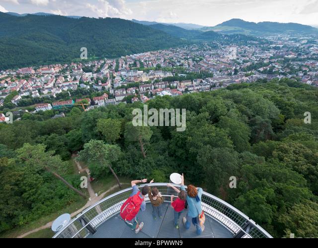 Eine Familie blickt im Schwarzwald vom Schlossbergturm (Schloss-Hügel-Turm) in Freiburg Im Breisgau / Süd Stockbild