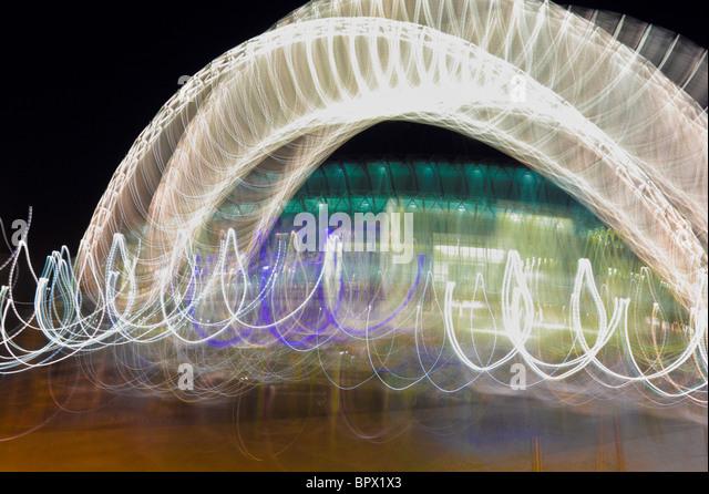 Wembley-Stadion in der Nacht mit Multi Verschiebung schwenken, um einzigartige, originelle und wunderbar farbige Stockbild