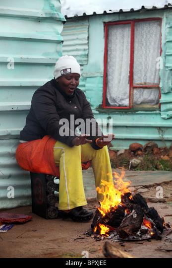 Südafrika: Frau an einem Firesite in einem Township in der Weinregion der westlichen Kap-Provinz in der Nähe Stockbild