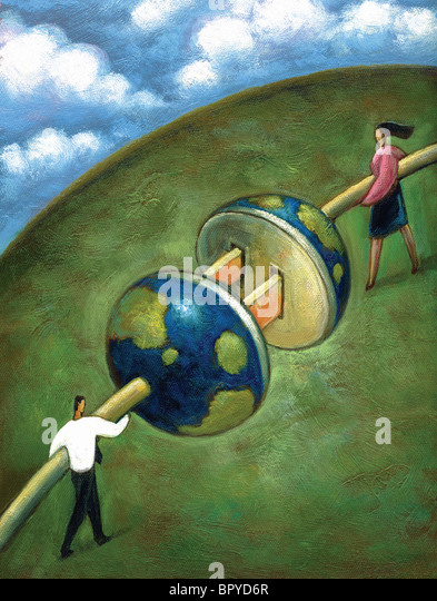 Zwei Geschäftsleute, die riesigen Kabel zusammenstecken passen, die in der Gestalt der Erde Stockbild