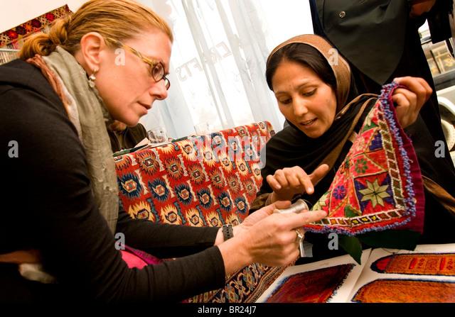 Kate Buggeln trifft sich mit afghanischen Frauen in Kabul Geschäft Bewertungen zu tun. Stockbild