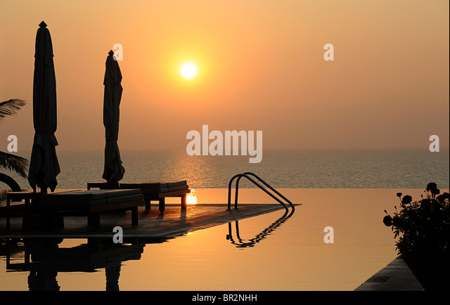 Hotel-Infinity-Pool bei Sonnenuntergang, Kovalam, Kerala, Indien Stockbild