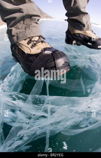Ein Wanderer auf der gefrorenen Baikalsee im Winter in Sibirien, Russland. Stockbild
