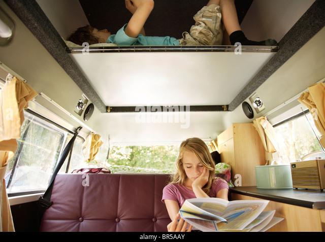 Jungen und Mädchen in Wohnmobil Stockbild