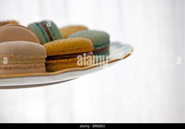 Teller mit aromatisierten Makronen Cookies von der Seite Stockbild