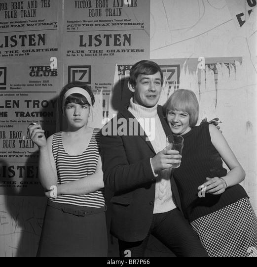 Jugendliche trinken und Rauchen im Club 7 in Shrewsbury 1967 Stockbild