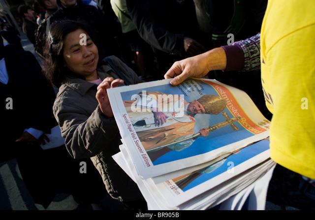 Katholiken Gratiszeitungen Massen außerhalb Westminster Cathedral zu lesen, bevor Papst Benedict XVI kommt Stockbild